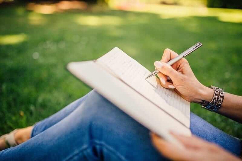 bạn có thể viết ở bất kỳ đâu, viết trên sổ hay trên điện thoại, laptop đều ok
